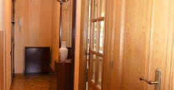 Estupendo piso exterior muy soleado en finca con servicios centrales, cámaras de seguridad y portero físico.